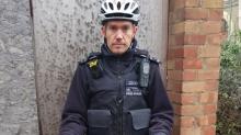 Policías encuentran una espada… y su publicación desata risas en las redes