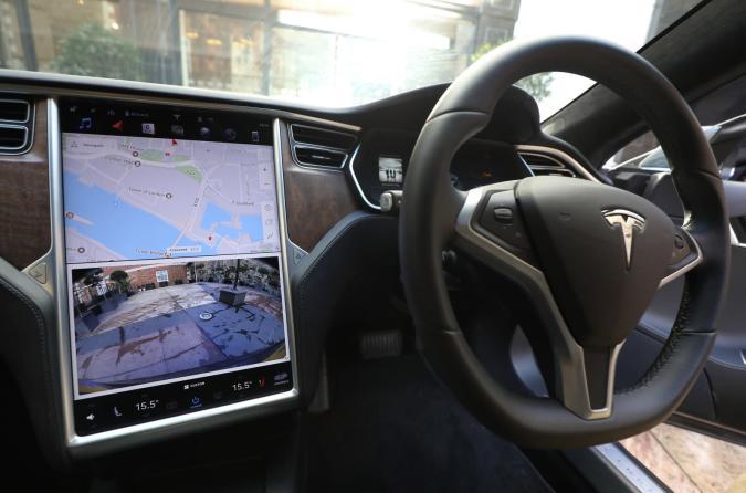18 meses sin permiso de conducir por confiar demasiado en el Autopilot de su Tesla