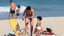 Carolina Ferraz curte dia de praia com a filha caçula