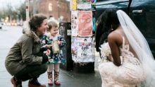 """Süße Fotos: Kleines Mädchen trifft """"Prinzessin"""" aus ihrem Lieblingsbuch"""
