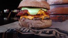 Brad Pitt ganha hamburguer em sua homenagem em restaurante da capital