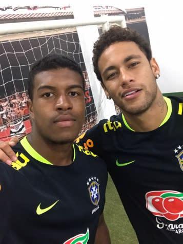 Após treino com Seleção, joia do São Paulo ouve conselhos e 'tieta' Neymar