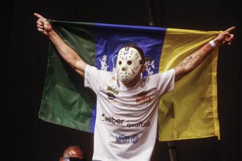 Rony entra com sua tradicional máscara do Jason - Inovafoto