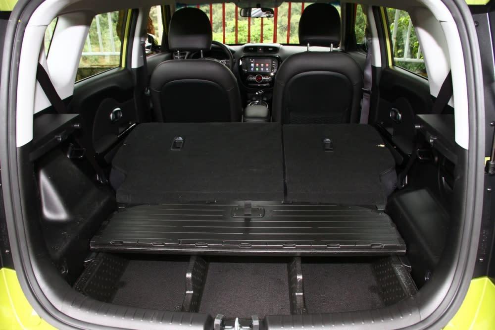 後排座椅全數放倒後可擴大至878L,底下還有相當貼心的分層設計