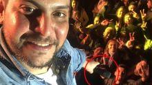 Jorge, da dupla com Mateus, pega celular de fã durante show, mas selfie dá muito errado