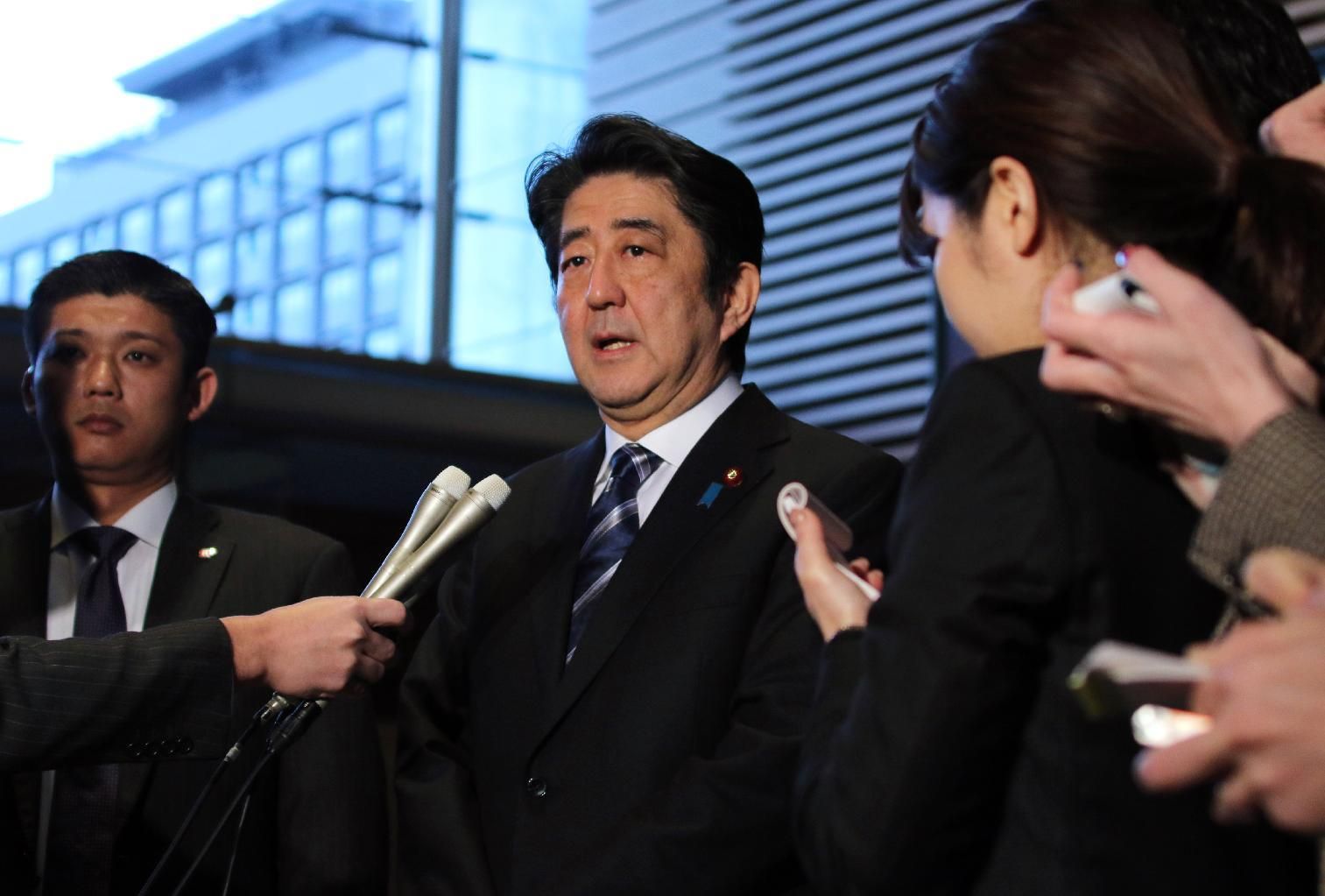 Japanese Prime Minister Shinzo Abe speaks to reporters at his official residence in Tokyo on February 1, 2015 (AFP Photo/Yoshikazu Tsuno)