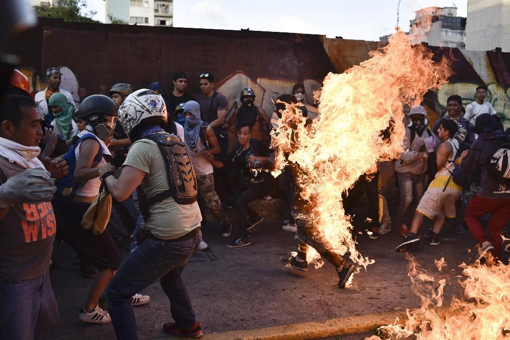 Venezuelan demonstrators set an alleged thief on fire in Caracas (AFP Photo/CARLOS BECERRA)