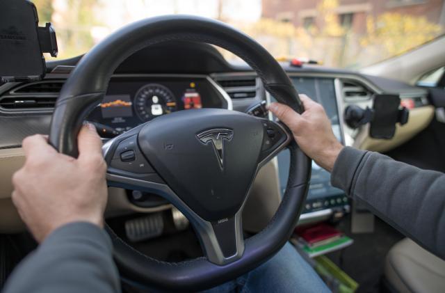 NHTSA investigates Tesla Model S touchscreen failures