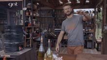 """É homão que fala? Rodrigo Hilbert constrói a própria churrasqueira em estreia no """"É de Casa"""""""