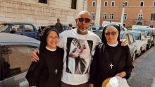 Henrique Fogaça pede desculpa após foto polêmica no Vaticano: 'Só Deus pode me julgar'
