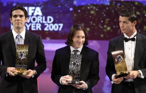 El brasileño Kaká (I), el argentino Lionel Messi (C) y el portugués Cristiano Ronaldo (D) posan con sus trofeos durante la gala de premiación de la FIFA a los mejores futbolistas de la temporada 2007, el 17 de diciembre de 2007 en Zúrich