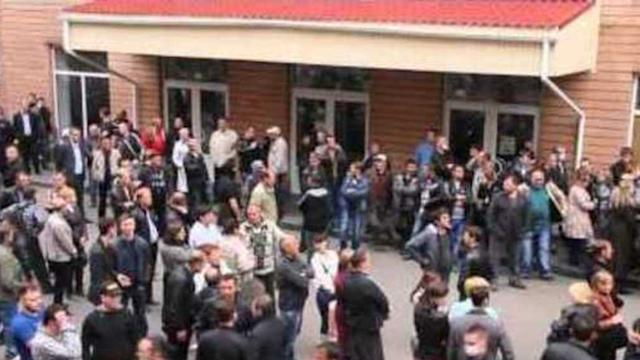 Police Cornered as Group Storms Government Building in Luhansk