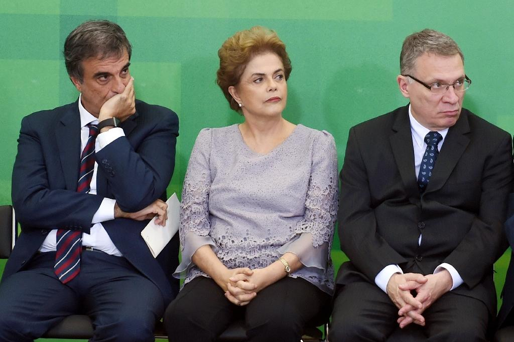 Brazilian President Dilma Rousseff (C) with Minister of Justice Eugenio Aragao (R) and Government Attorney Jose Eduardo Cardozo, during a meeting on March 22, 2016 in Brasilia (AFP Photo/Evaristo Sa)