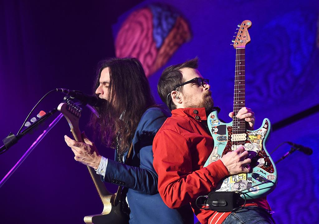 Weezer Christmas.Partying Like It S 1996 At Kroq S Almost Acoustic Christmas