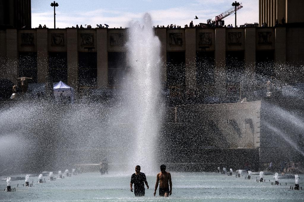 Paris's Trocadero esplanade proved a popular spot to cool off (AFP Photo/Christophe ARCHAMBAULT)
