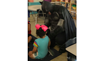 Batman begleitet gemobbtes Mädchen in den Kindergarten