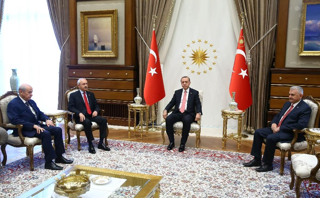 L-R: Turkey's Chairman of the Nationalist Movement Party Devlet Bahceli, Chairman of Republican People's Party Kemal Kilicdaroglu, President Recep Tayyip Erdogan, and Prime Minister Binali Yildirim pose during a meeting in Ankara (AFP Photo/Kayhan Ozer)