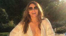 Elizabeth Hurley (55) schockiert mit offenem Kaftan und gelbem Bikinihöschen