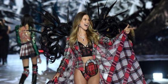 Adam Levine Cheering For Behati Prinsloo Is The Best