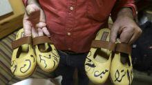 En Ramala, un palestino fabrica zapatos anti-Macron y anti-Trump