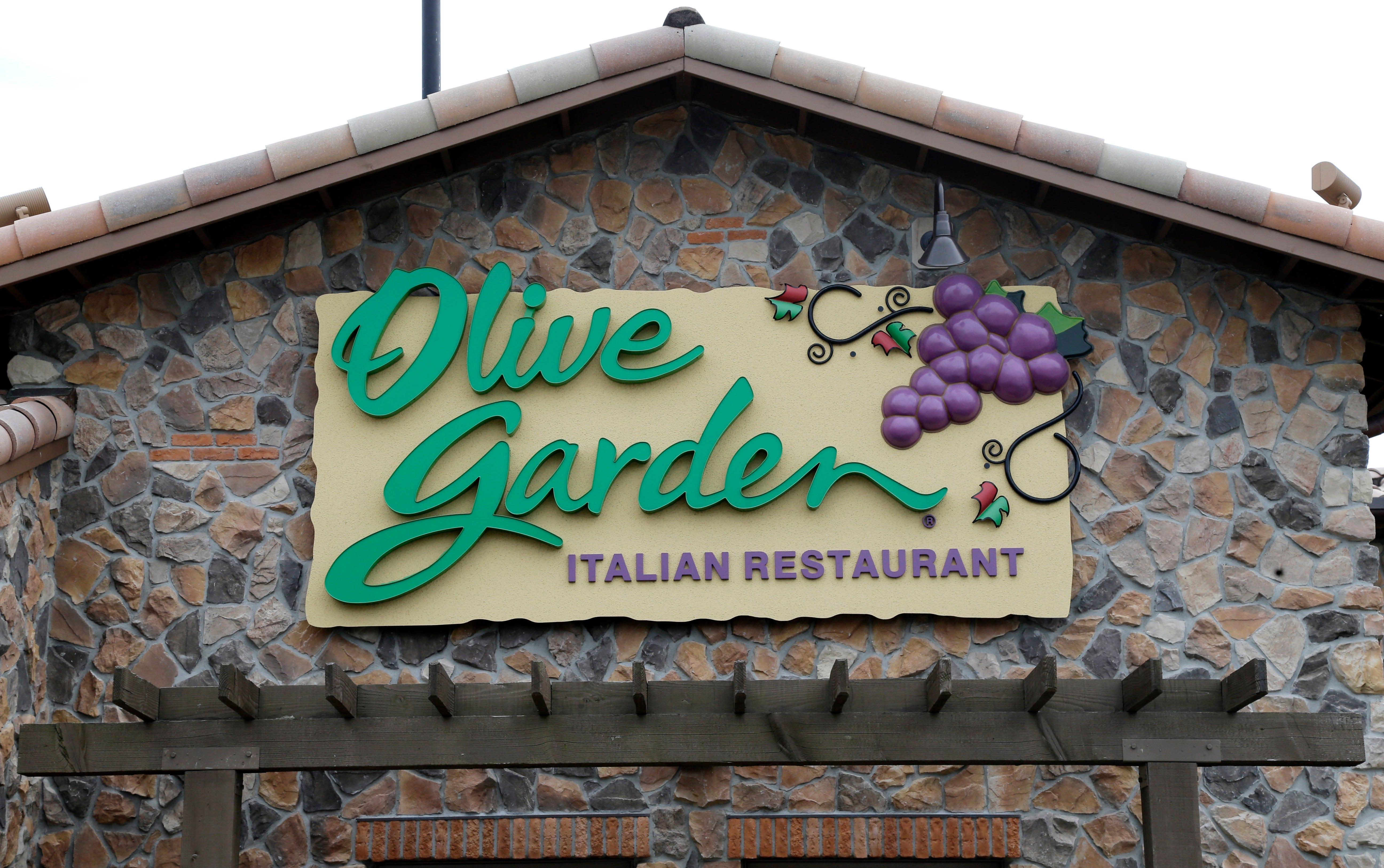 Olive Garden employee, 16, to file lawsuit after customer requested white server, reports say