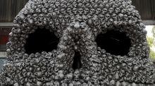 (FOTOS) Este artista ha tardado más de cuatro años en crear esta escultura de un cráneo gigante
