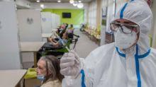 Ottantenni in fila per fare il vaccino trovano le porte sbarrate, il direttore 'Disguido'