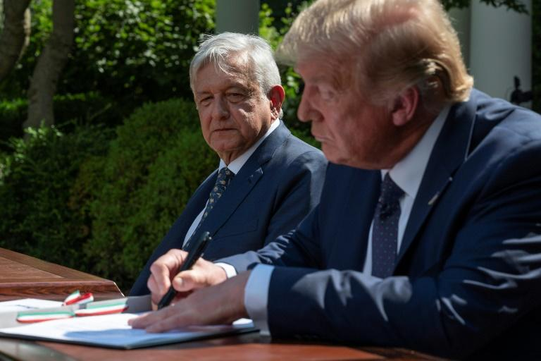 US President Donald Trump and Mexican President Andres Manuel Lopez Obrador sign a joint declaration in the Rose Garden of the White House (AFP Photo/JIM WATSON)
