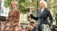 Helen Mirren y Jane Fonda deslumbran modelando en la pasarela de París
