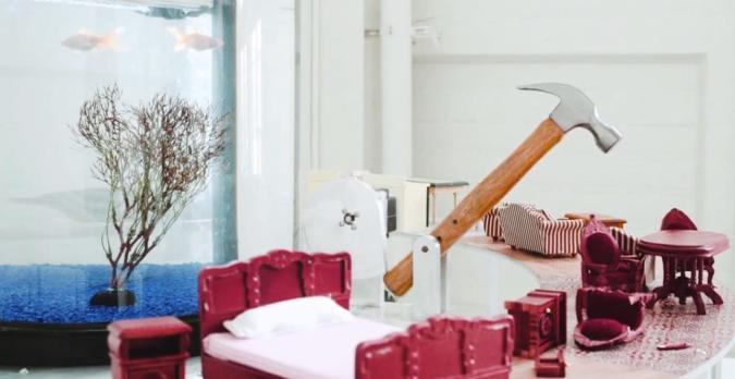 Goldfisch-gesteuerter Hammer plättet Puppenstuben-Idyll