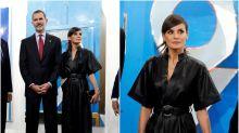 Letizia, la reina del 'total black', se atreve con un kimono de cuero