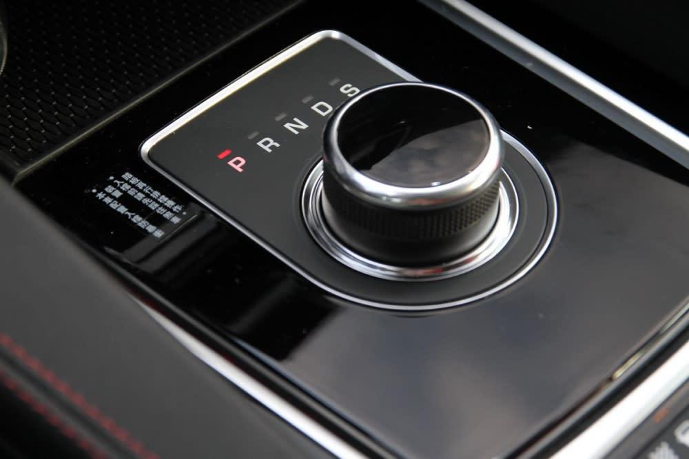 變速箱同樣配置ZF 8速手自排,旋鈕式的排檔設計雖然需要花些時間適應,但也間接有利空間機能