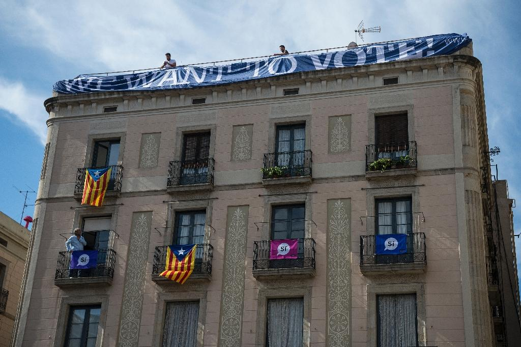 A banner in favour of a referendum on independence during a demonstration to support Catalan pro-referendum mayors on September 16, 2017 in Barcelona (AFP Photo/Josep LAGO)