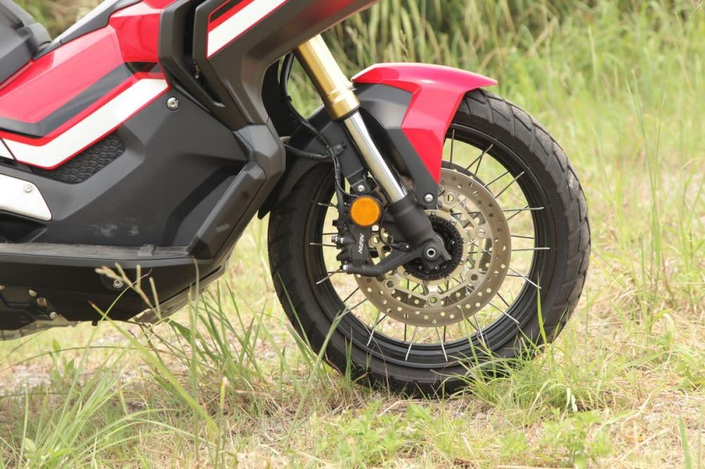 搭載41mm 倒立式前叉預載、回彈可調,配上鋼絲框的設計造型大加分。前輪尺寸為120/70 R17 M/C 58H。