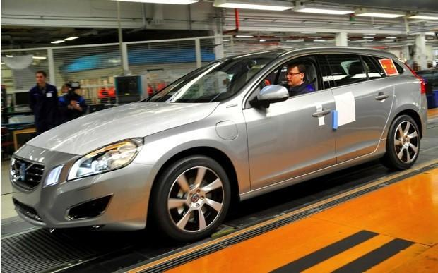 Volvo begins producing V60 diesel plug-in hybrid, claims a world first