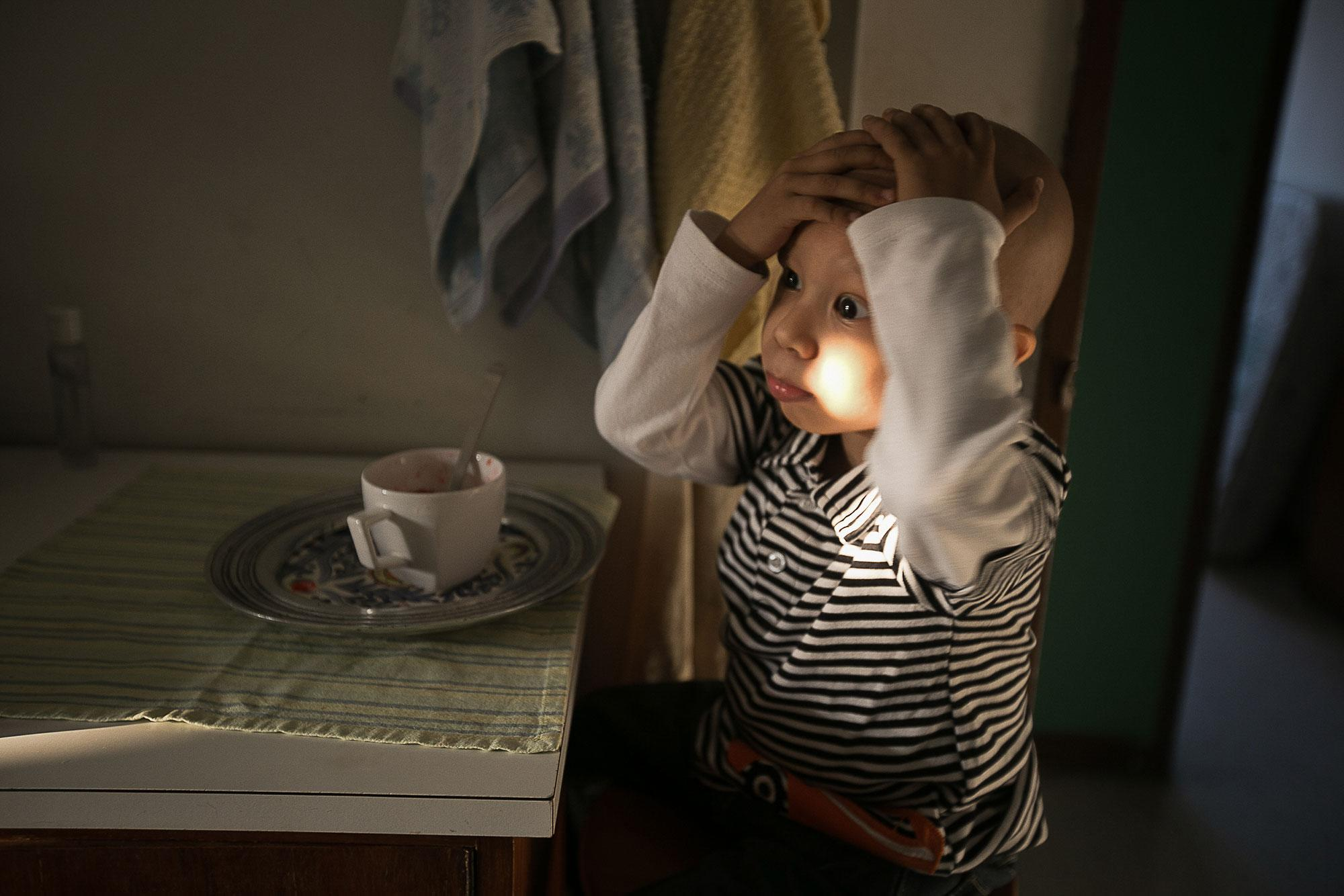 <p>Angel plays while he eats jelly in his temporary home in Caracas. (Photo: Fabiola Ferrero) </p>