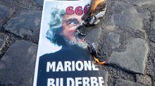 """Beppe Grillo ai No Mask: """"Va bene il Papa, ma non si brucia la foto dell'Elevato!"""""""