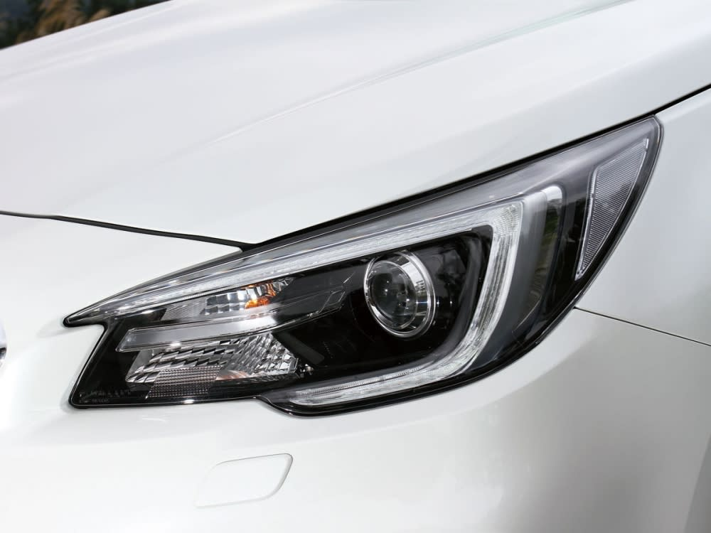 LED頭燈、燈眉與水箱護罩造型貫連,賦予車頭銳利神情。