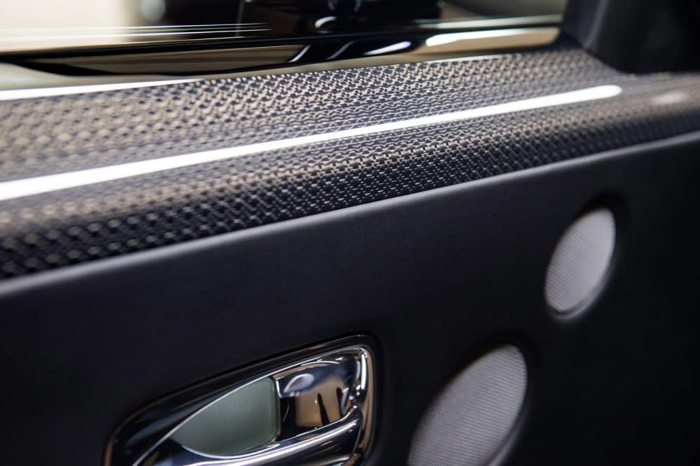 Black Badge 專屬,鋁合金嵌固的航太等級複合碳纖維表面材料