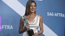 Perrengue chique: Jennifer Aniston mostra como faz para não amassar o vestido no carro
