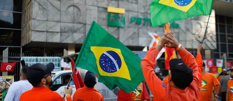 Petroleiros em greve fazem protesto no Centro do Rio e mantêm movimento