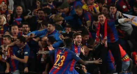 Sergi Roberto, do Barcelona, comemora gol marcado contra o Paris St. Germain junto com Sanuel Umtiti