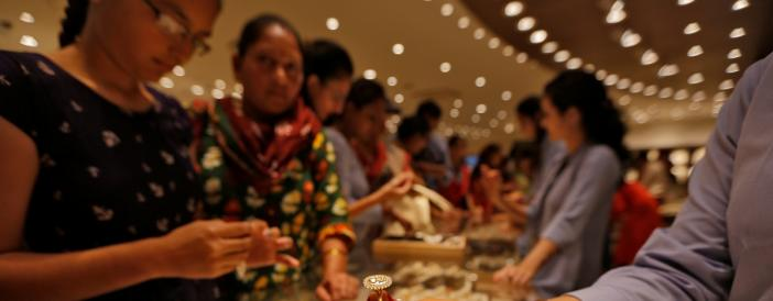 7th Pay Commission, good monsoon fail to lift gold prices on Dhanteras