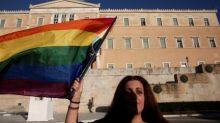 Campanas de iglesia griega tocan difuntos por ley de cambio de género