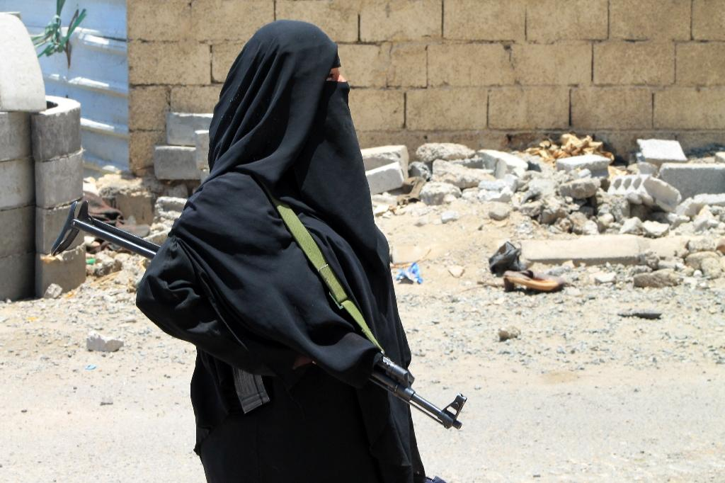 A Yemeni woman holds a weapon in Aden's Dar Saad suburb on April 22, 2015 (AFP Photo/Saleh al-Obeidi)