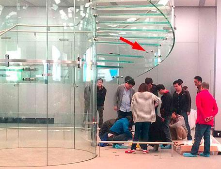 Glass staircase step breaks at China Apple Store