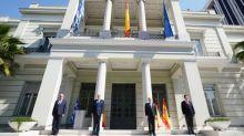 Grecia homenajea al pueblo de España con el izado de su bandera en ministerio