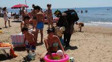 Tra assembramenti e ambulanti 'no mask' in spiagge Lazio niente controlli Covid