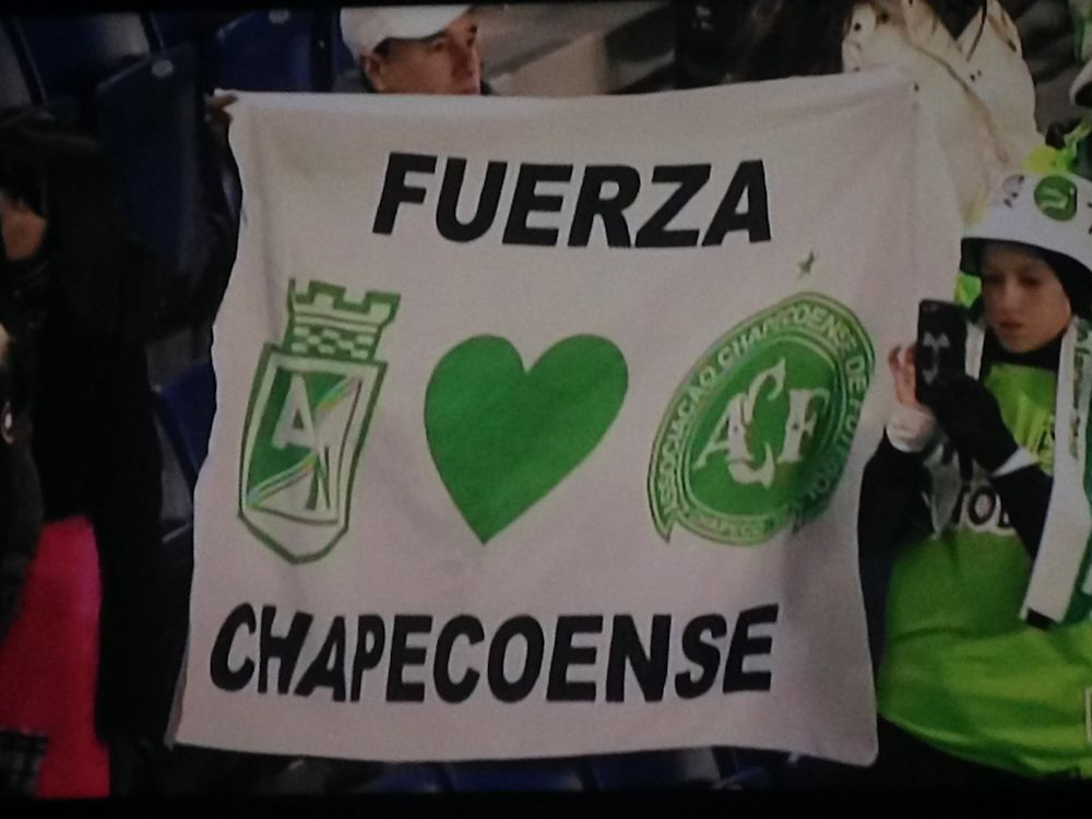 Atlético Nacional rinde homenaje a Chapecoense jugando con su escudo ante Tolima