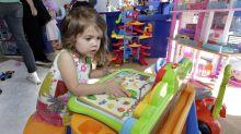 Tras salida de Toys R Us, cadenas intensifican competencia